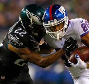 PHILADELPHIA, PA - DECEMBER 22:  Wide receiver Victor Cruz #80 of the New York Giants catches a pass against cornerback Nolan Carroll #22 of the Philadelphia Eagles during the third quarter of the game at Lincoln Financial Field on December 22, 2016 in Philadelphia, Pennsylvania.  (Photo by Rich Schultz/Getty Images)