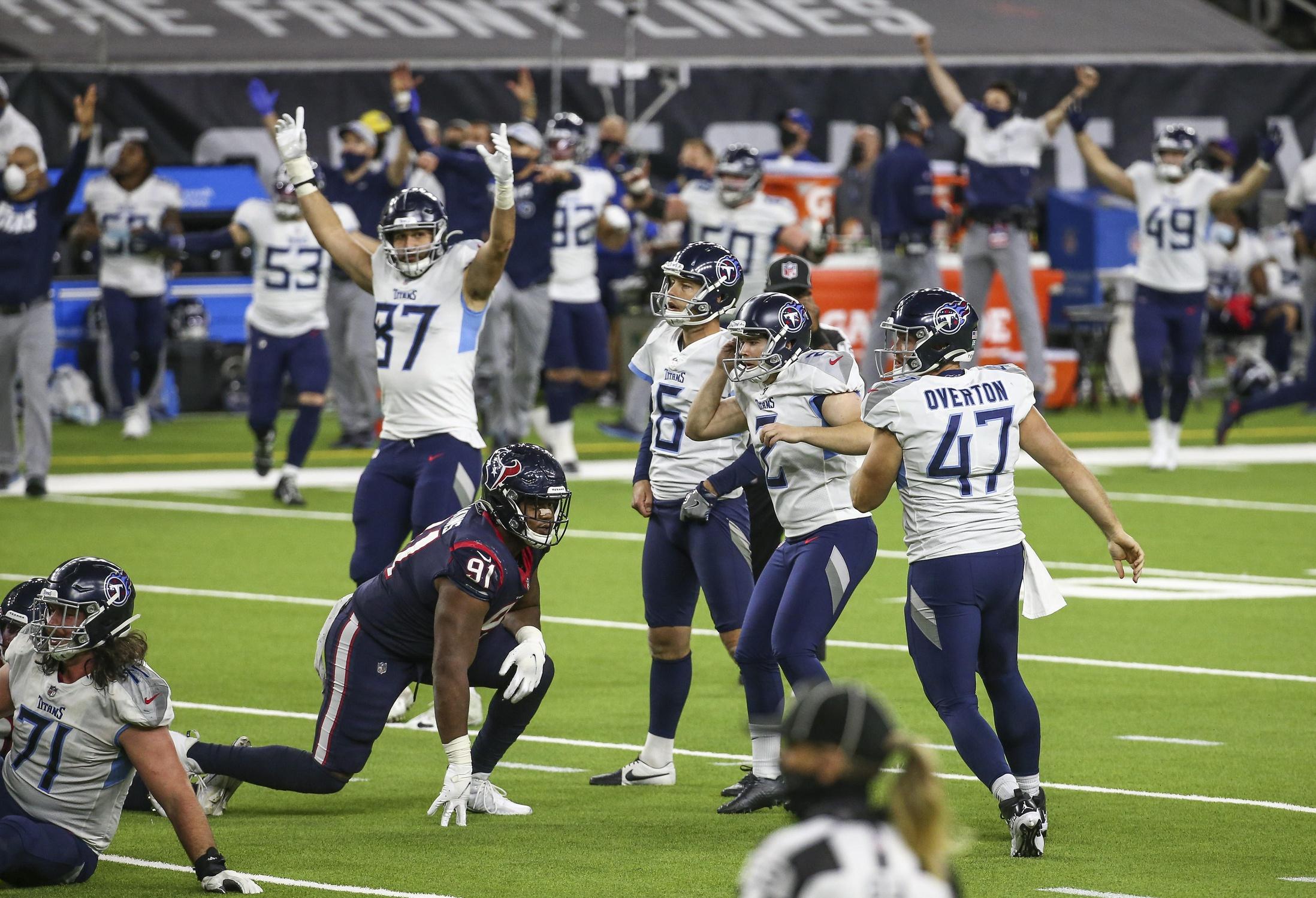 Chris Johnson celebrates Derrick Henry's 2,000 yards with Titans